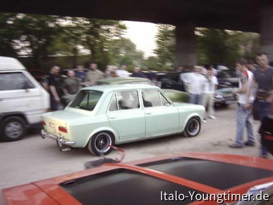 Fiat 128 auf dem Motorhaubensitzen in Köln