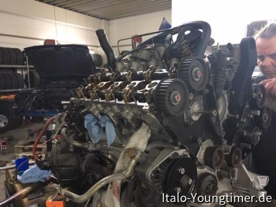 Lancia Thema 8.32. Zahnriemen erneuern, Ventile einstellen.
